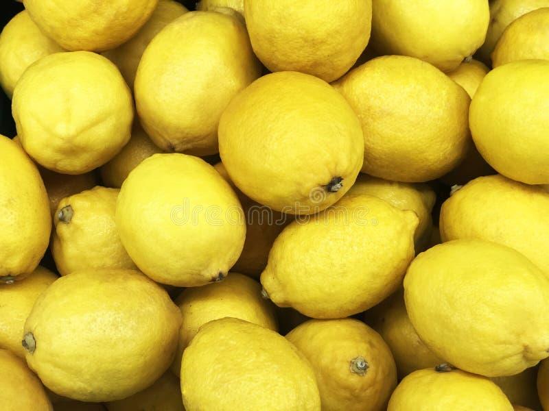 Fruta de limón amarillo, Citrus limon L consisten en compuestos de ácido cítrico, textura amarilla o fondo, vendidos en la estant imagenes de archivo