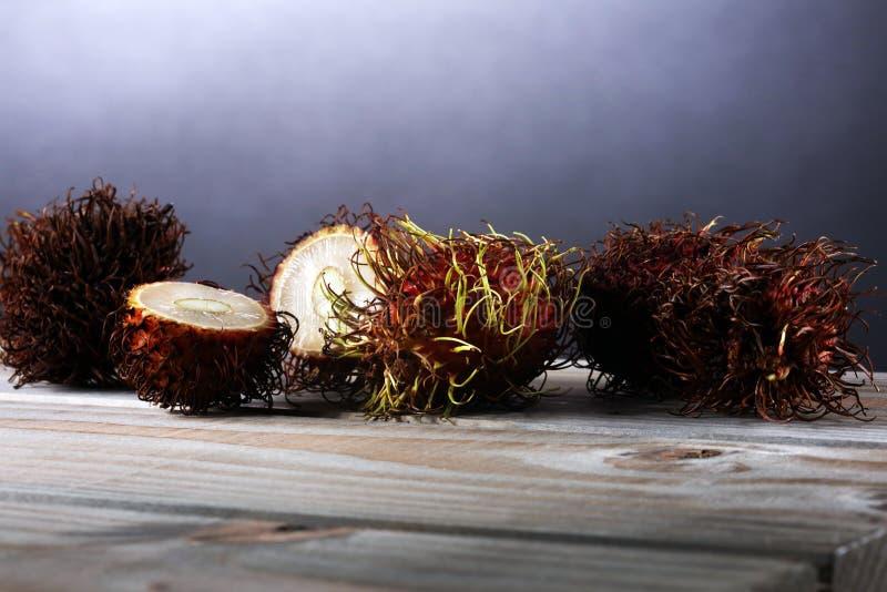 Fruta de los Rambutans con la hoja en la tabla Rambutan o lichi melenudo fotografía de archivo libre de regalías