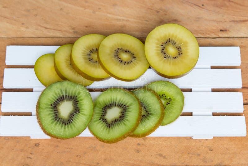 Fruta de quivi Corte verde e amarelo do quivi e cortado foto de stock royalty free