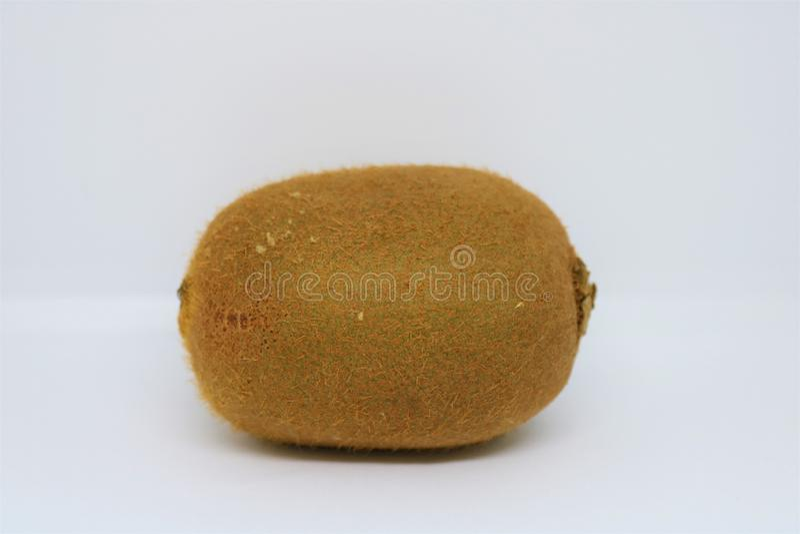 Fruta de quivi isolada no branco imagens de stock