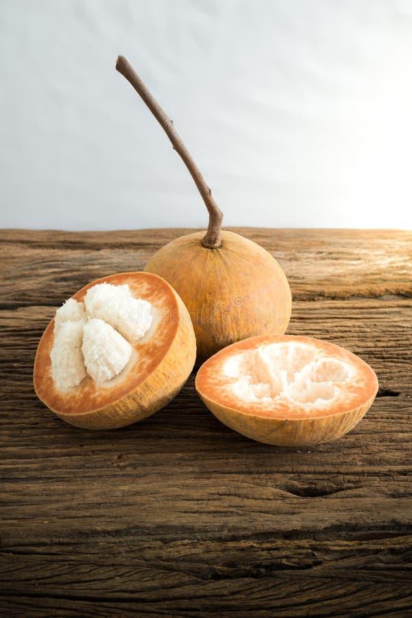 Fruta de Sentul en el tablero de madera imagen de archivo