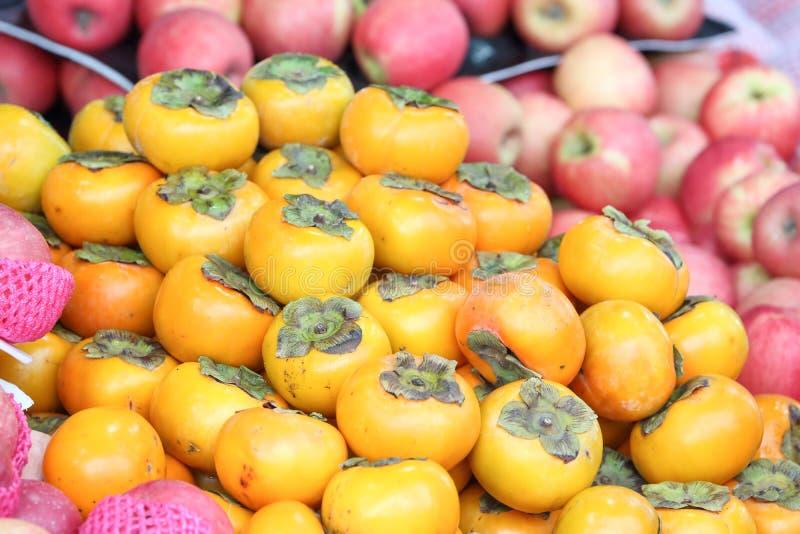 Fruta del caqui en el mercado del fin de semana fotografía de archivo