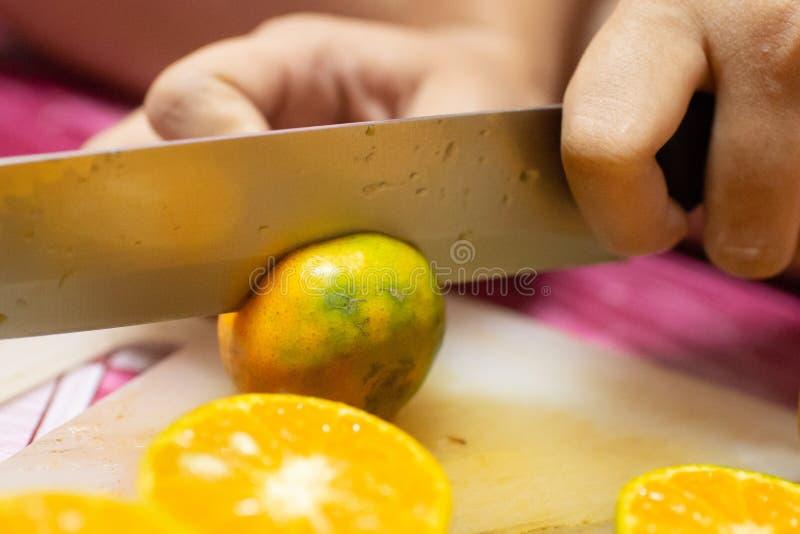 Fruta del corte del cuchillo fotos de archivo libres de regalías