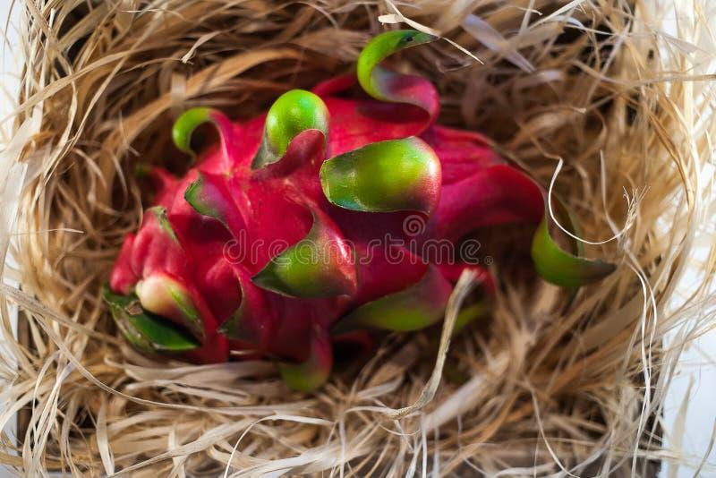 Fruta del dragón en la paja imagenes de archivo