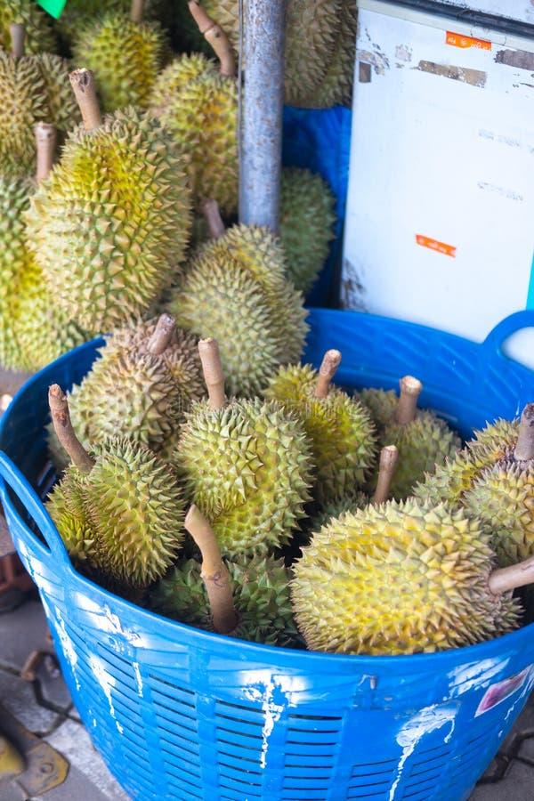 Fruta del Durian para la venta a los clientes en cesta foto de archivo libre de regalías