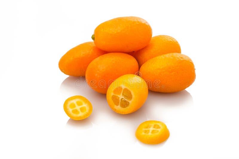 Fruta del kumquat en montón con las rebanadas fotografía de archivo libre de regalías