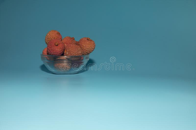 fruta del lichi en un fondo azul fotografía de archivo libre de regalías