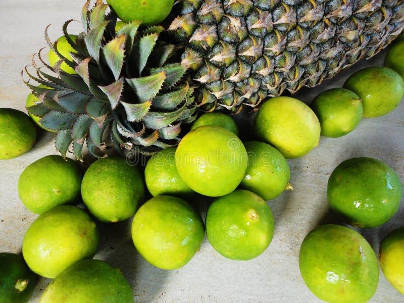 Fruta del limón y de la piña fotos de archivo
