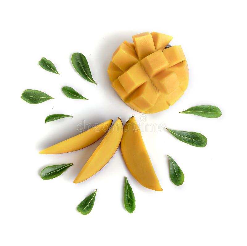 Fruta del mango adornada con las hojas aisladas en el fondo blanco imagenes de archivo