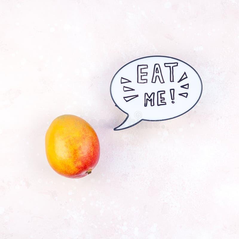 Fruta del mango en concepto creativo del estilo del arte pop imágenes de archivo libres de regalías