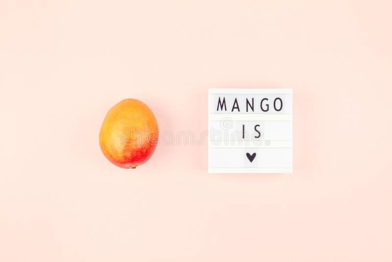 Fruta del mango en la composición creativa foto de archivo