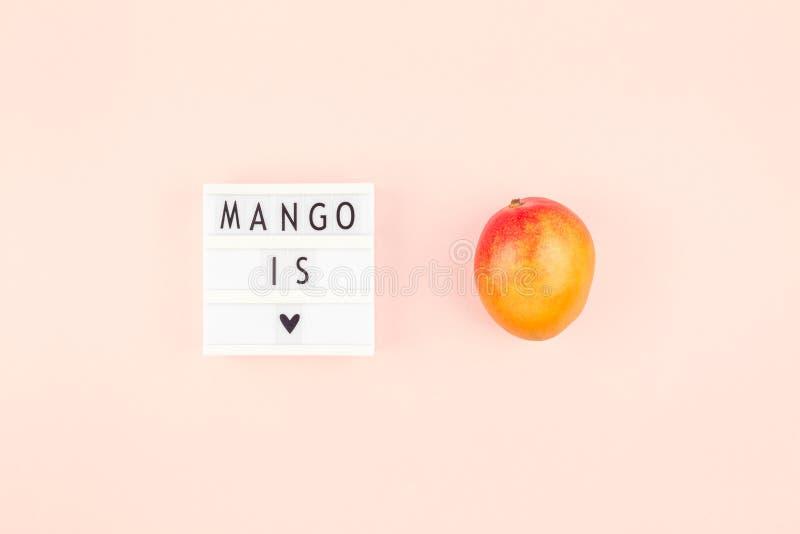 Fruta del mango en la composición creativa imagenes de archivo