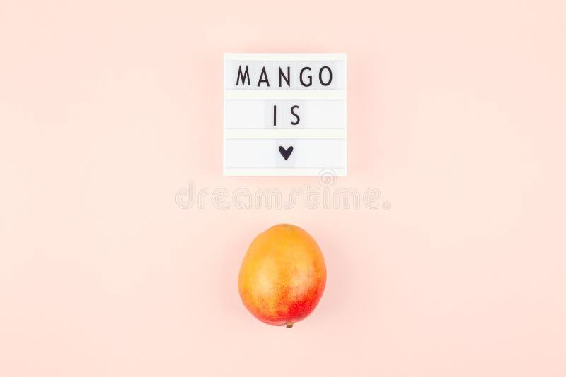 Fruta del mango en la composición creativa fotos de archivo