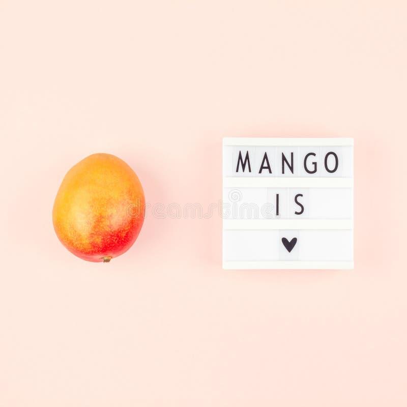 Fruta del mango en la composición creativa imagen de archivo libre de regalías