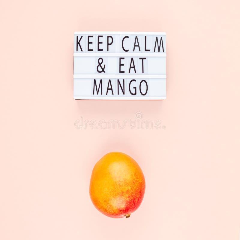 Fruta del mango en la composición creativa fotografía de archivo libre de regalías