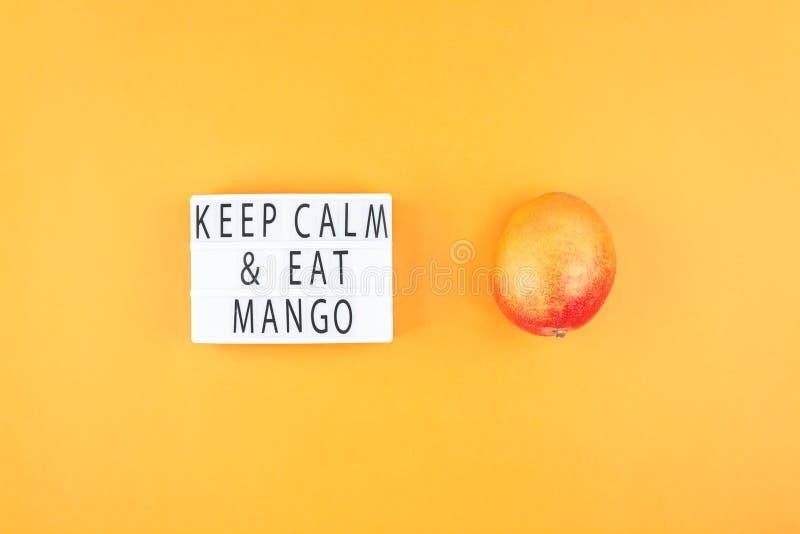 Fruta del mango en la composición creativa foto de archivo libre de regalías