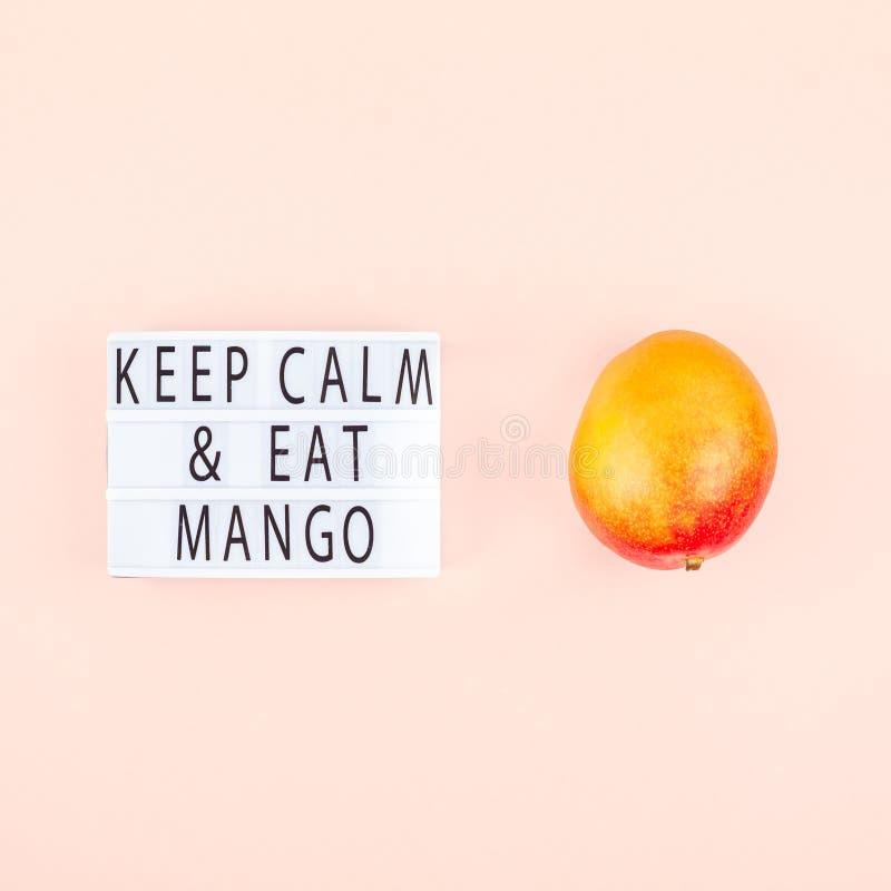 Fruta del mango en la composición creativa imagen de archivo