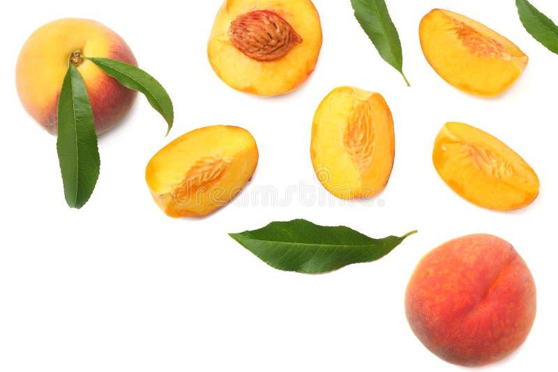 fruta del melocotón con la hoja verde y rebanadas aisladas en el fondo blanco Visión superior imágenes de archivo libres de regalías