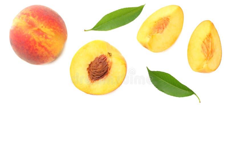 fruta del melocotón con la hoja verde y rebanadas aisladas en el fondo blanco Visión superior foto de archivo libre de regalías