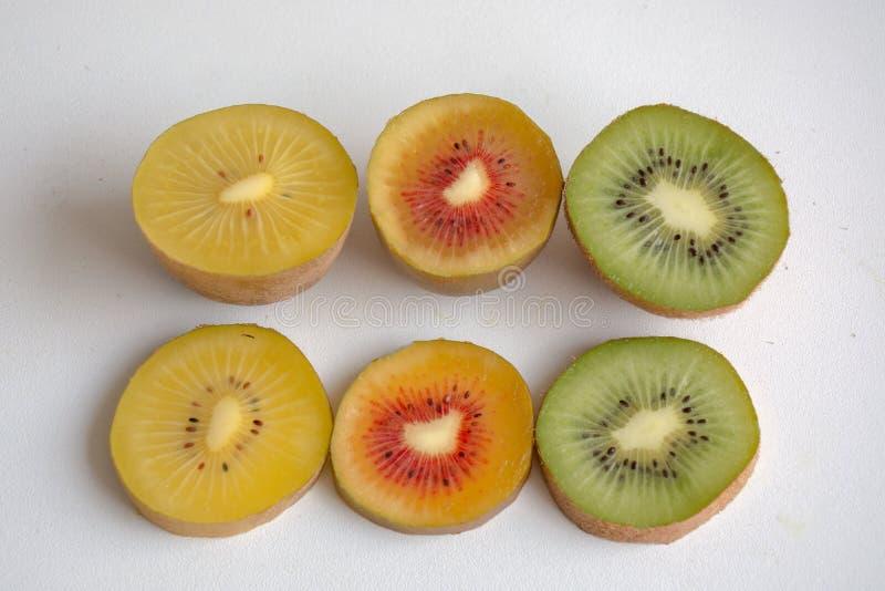 Fruta del oro, roja y amarilla de kiwi cortada foto de archivo
