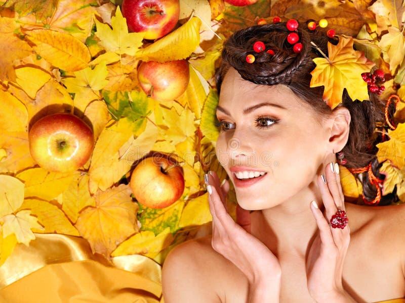 Fruta del otoño de la explotación agrícola de la mujer. imagen de archivo libre de regalías