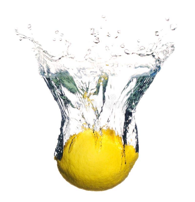 Fruta do limão que espirra na água fotografia de stock royalty free