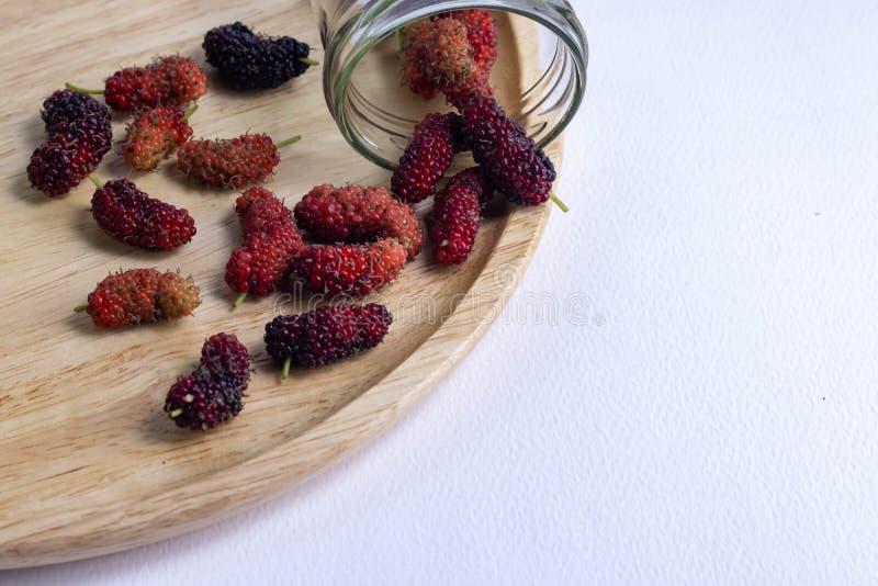 Fruta do Mulberry em um fundo branco foto de stock