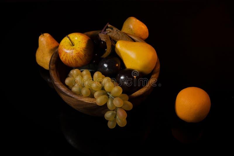 Fruta em um prato de madeira fotografia de stock royalty free