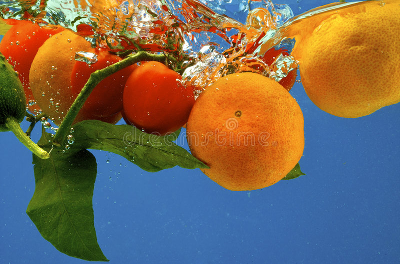 Fruta en agua foto de archivo