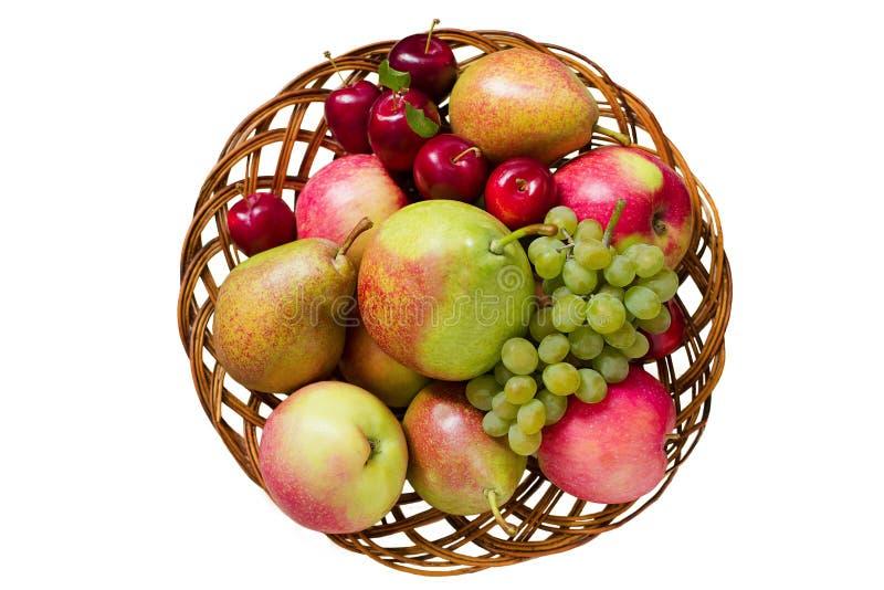 Fruta en cesta de madera Aislado en el fondo blanco fotografía de archivo