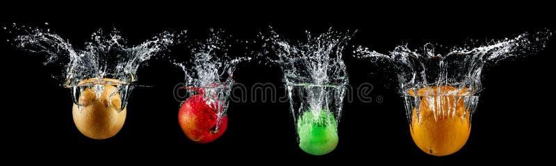 Fruta en chapoteo del agua fotos de archivo