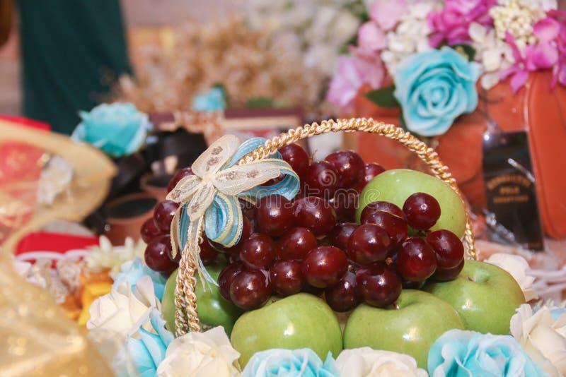 Fruta en la cesta fotografía de archivo libre de regalías