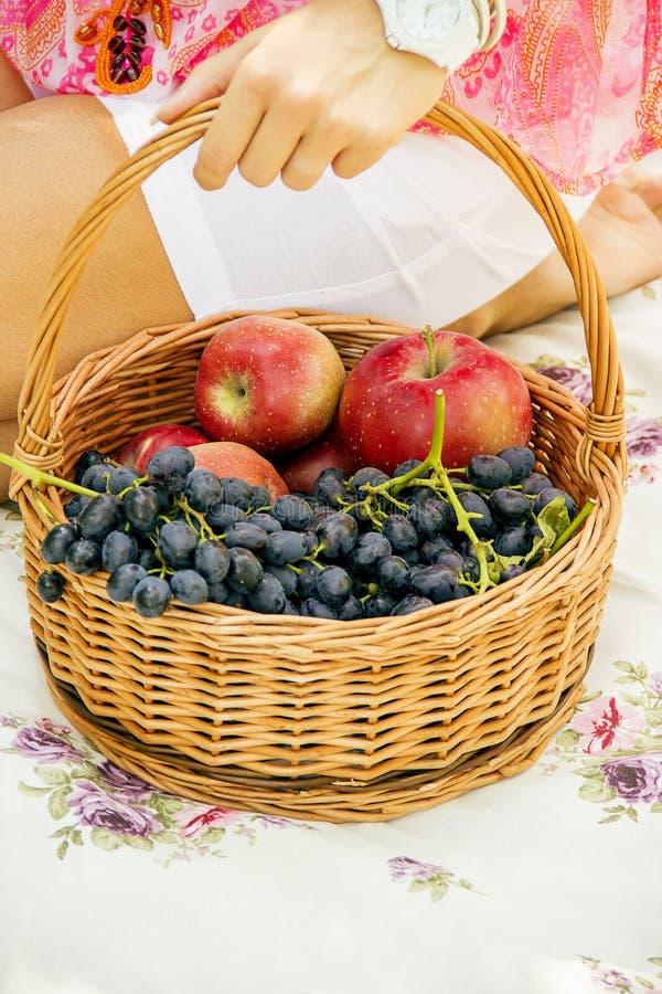 Fruta en una cesta imagen de archivo libre de regalías