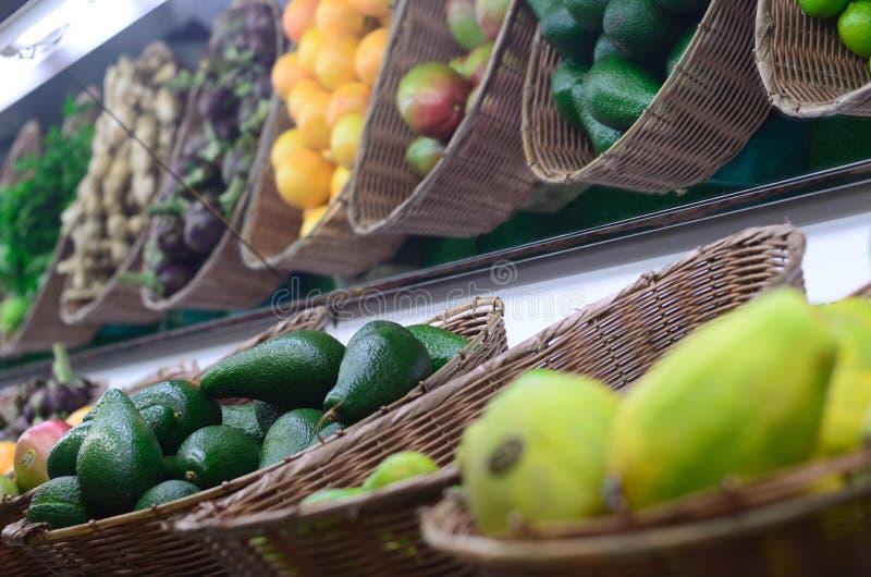 Fruta exótica en una parada del supermercado imagenes de archivo