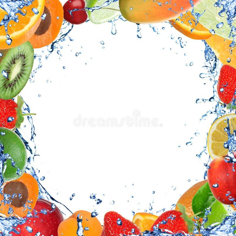 Fruta fresca con el chapoteo del agua stock de ilustración