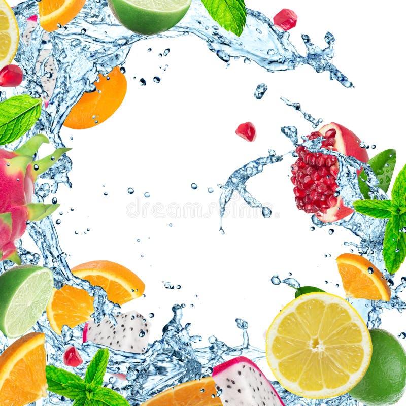 Fruta fresca con el chapoteo del agua fotos de archivo