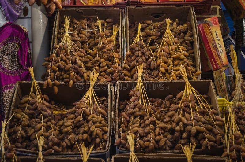 Fruta fresca de la palma datilera en venta en el bazar del mercado en Túnez fotografía de archivo