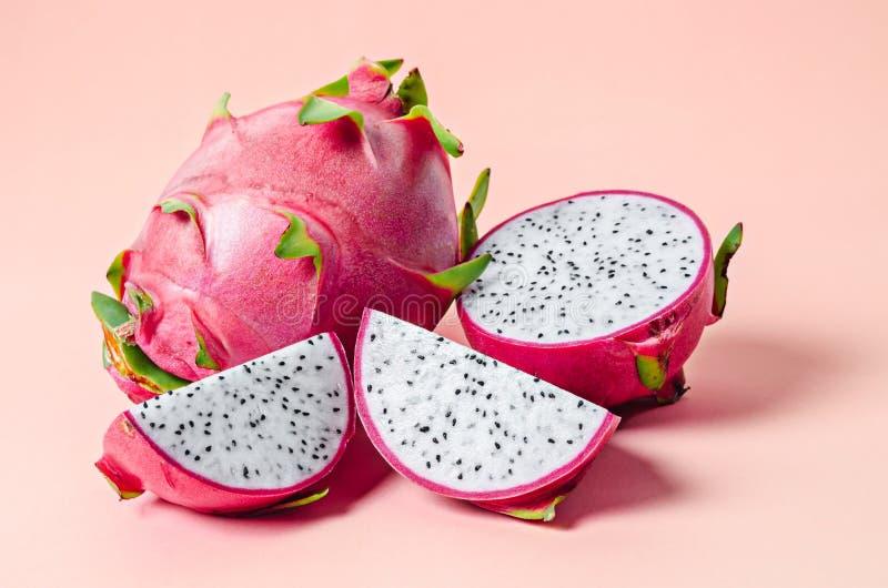 Fruta fresca del dragón en rosa imagen de archivo