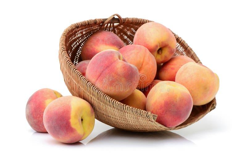 Fruta fresca del melocotón en cesta fotos de archivo libres de regalías