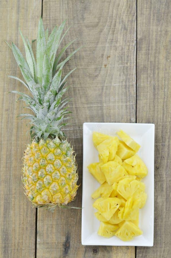 Fruta fresca del verano de la piña, buena para la salud fotos de archivo