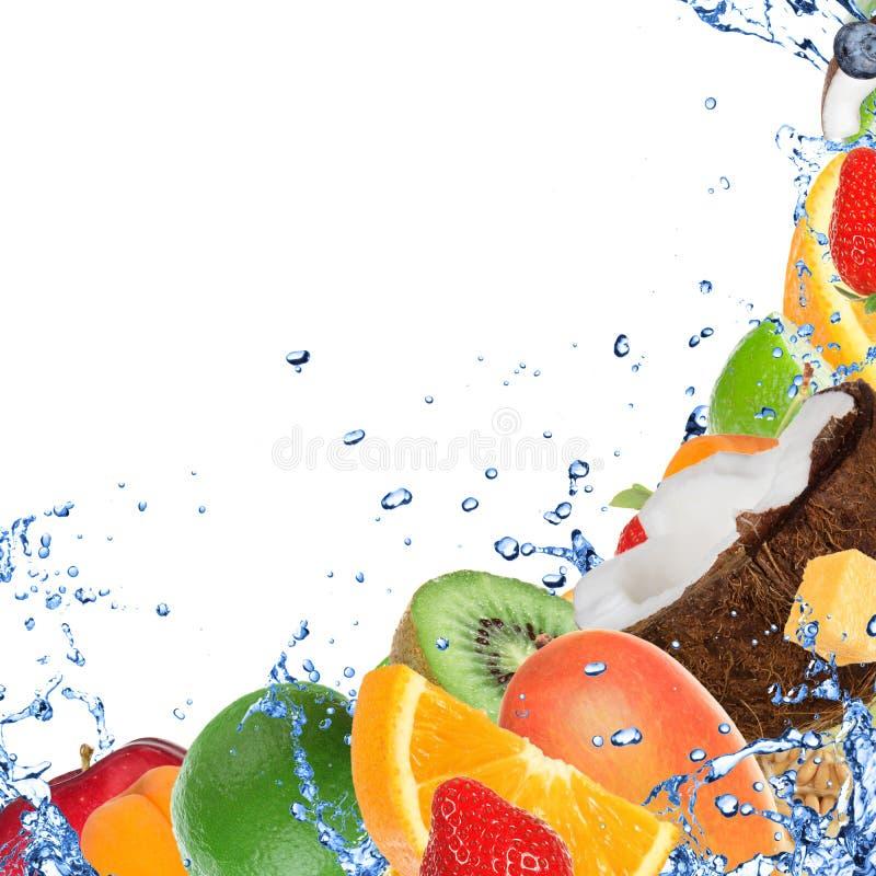 Fruta fresca en chapoteo del agua fotografía de archivo