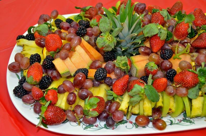 Fruta fresca en el disco del partido fotos de archivo