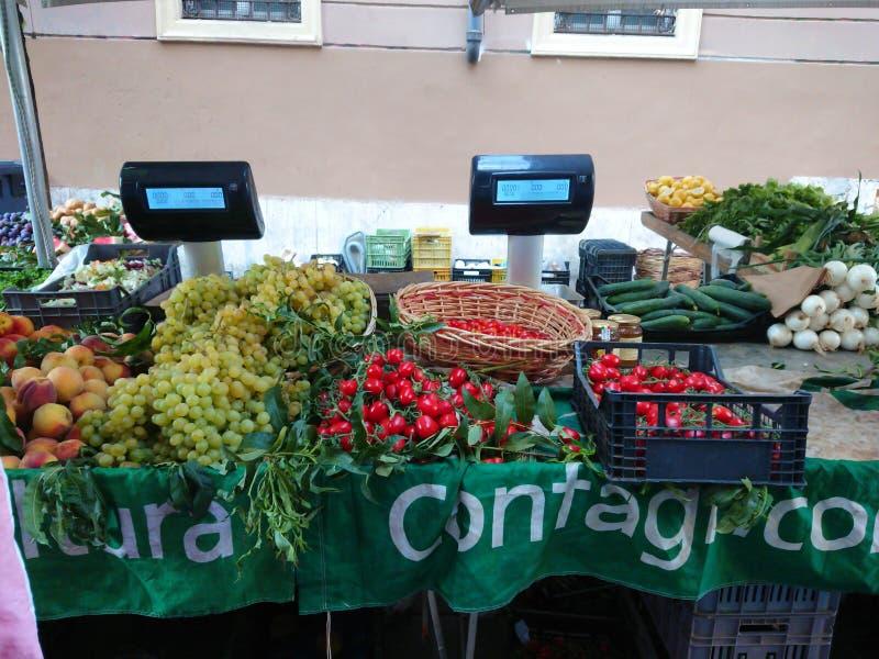 Fruta fresca en el mercado del ` de los granjeros imágenes de archivo libres de regalías