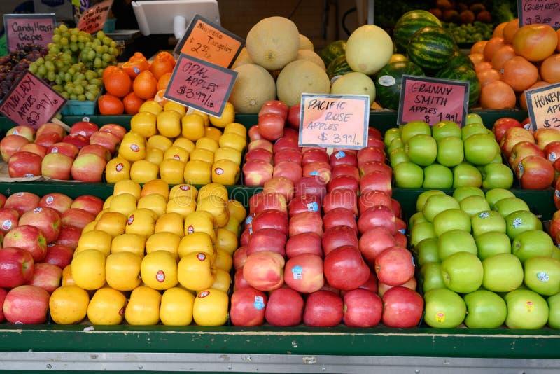 Fruta fresca en el mercado local de los granjeros del aire abierto imagen de archivo