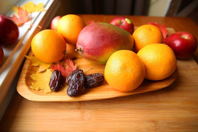 Fruta fresca en un fondo de madera foto de archivo