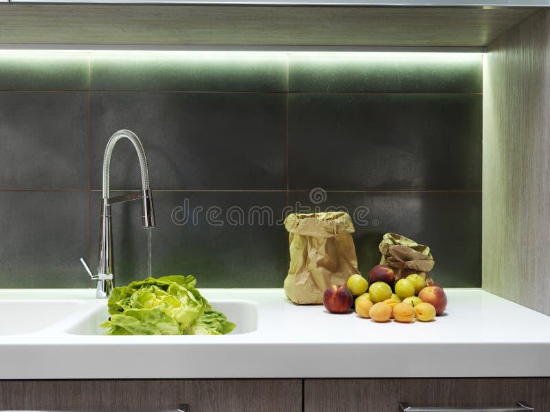 Fruta fresca no worktop branco imagem de stock royalty free