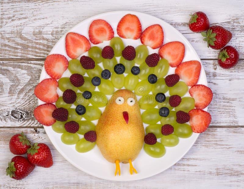 Fruta fresca servida de una manera divertida foto de archivo