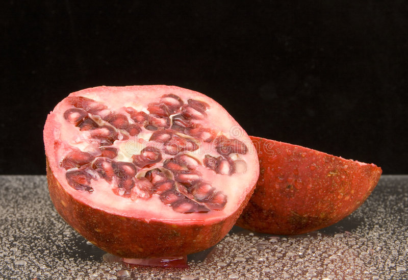 Fruta Halved da romã imagem de stock royalty free
