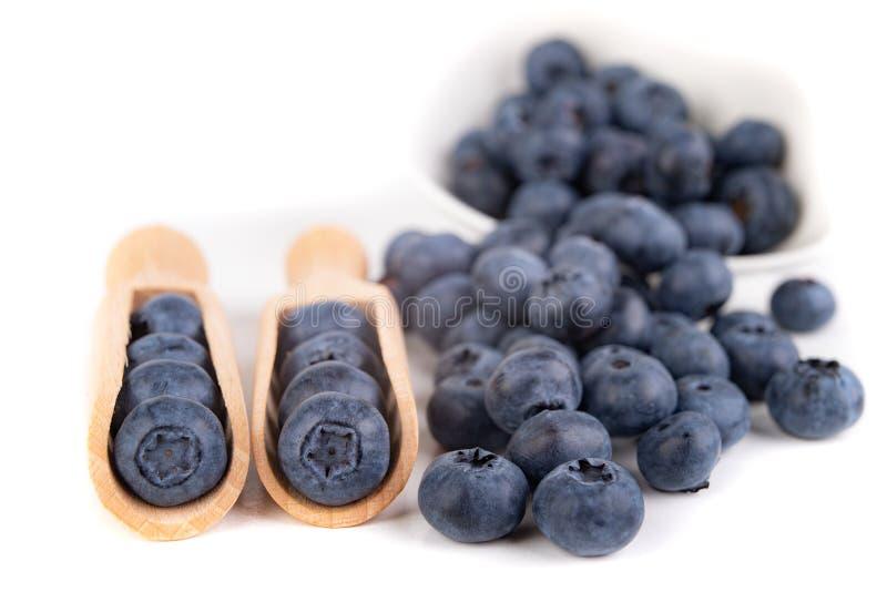 Fruta madura sabrosa del arándano en la tabla de cocina Ingredientes para un postre delicioso en la cocina casera foto de archivo
