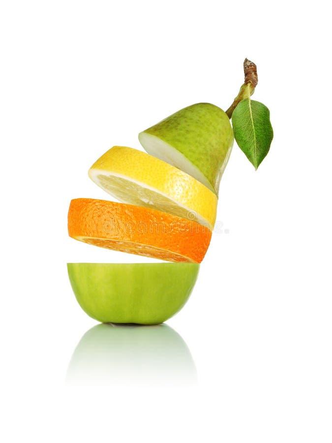 Fruta mezclada que cae fotografía de archivo libre de regalías